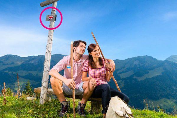 Corona-Stillstand Audio Guide - junges Paar auf berggipfel genießt Audio Info