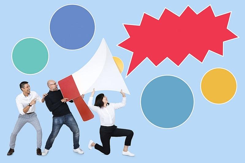 Drei menschen, die ein Riesenmegaphon halten symblosieren Voice Marketing
