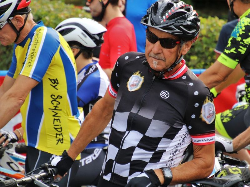Generation 50+ - middle aged man in cycling race gear takes part in a racenen teil