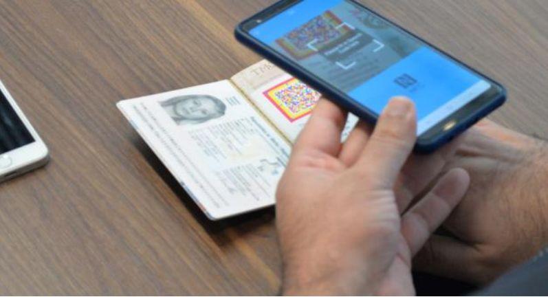 Smartphone Scan eines Speech Code in Maltas Reisepass